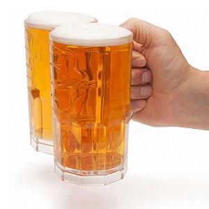 Chope de bière buveur à deux poings